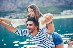 Jeunes beaux couples de touristes appréciant des vacances d'été Photographie stock libre de droits