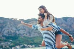 Jeunes beaux couples de touristes appréciant des vacances d'été sur la mer Images stock