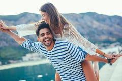 Jeunes beaux couples de touristes appréciant des vacances d'été sur la mer Photographie stock