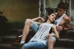Jeunes beaux couples drôles dans l'amour ayant l'amusement extérieur sur la rue en été Images stock