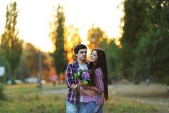 Jeunes beaux couples embrassant et souriant au coucher du soleil en été Photo libre de droits