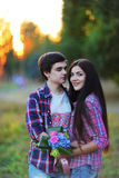 Jeunes beaux couples embrassant et souriant au coucher du soleil en été Photographie stock