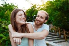 Jeunes beaux couples embrassant, souriant, marchant en parc Fond extérieur Image libre de droits