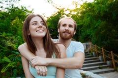 Jeunes beaux couples embrassant, souriant, marchant en parc Fond extérieur Images stock