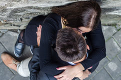 Jeunes beaux couples embrassant tout en marchant à Lviv en filmant l'histoire d'amour Photos libres de droits