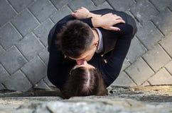 Jeunes beaux couples embrassant tout en marchant à Lviv en filmant l'histoire d'amour Photographie stock