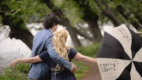 Jeunes beaux couples en parc en été Dater romantique ou lovestory banque de vidéos