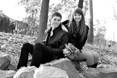 Jeunes beaux couples heureux dans l'amour dedans à l'extérieur Image stock