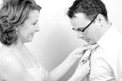 Jeunes beaux couples heureux jouant avec la relation étroite Photographie stock