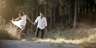 Jeunes beaux couples indiens dansant par espièglerie dans le domaine Image stock