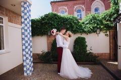 Jeunes beaux couples, jeunes mariés dans la forêt dans la perspective du décor de mariage Images stock