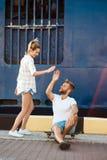 Jeunes beaux couples marchant autour de la ville, sourire, se reposant sur des patins Images stock