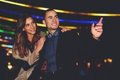 Jeunes beaux couples marchant dans la ville après travail Photos stock