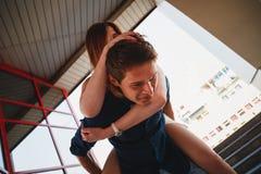 Jeunes beaux couples mignons de hippie jouant sur le dos le tour, amis gais ayant l'amusement, concept des moments heureux d'aman Image libre de droits