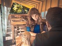 Jeunes beaux couples mignons se reposant sur le restaurant Photos libres de droits