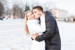 Jeunes beaux couples pendant le jour froid d'hiver marchant dans le CIT Images libres de droits
