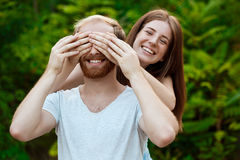 Jeunes beaux couples posant, souriant, duper, marchant en parc Fond extérieur Image libre de droits
