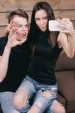 Jeunes beaux couples prenant le selfie dans l'intérieur Photos stock