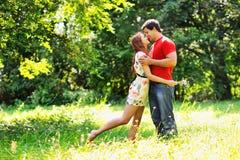 Jeunes beaux couples. Rire et baiser. Parc vert d'été Photographie stock