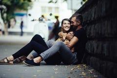 Jeunes beaux couples se reposant au sol Photos libres de droits