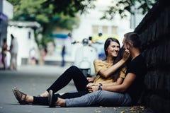 Jeunes beaux couples se reposant au sol Images stock