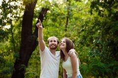 Jeunes beaux couples se reposant, marchant en parc, souriant, se réjouissant Fond extérieur Photographie stock