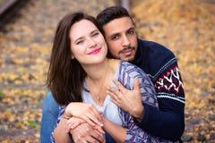 Jeunes beaux couples se reposant sur des voies de train Image libre de droits