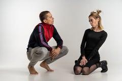 Jeunes beaux couples se reposant sur le plancher, portrait de studio images stock