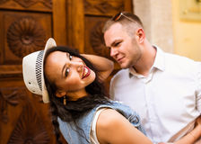 Jeunes beaux couples souriant, embrassant, marchant en parc Photo stock