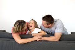 Jeunes beaux et heureux ajouter caucasiens à la mère et au fathe Photo libre de droits