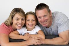 Jeunes beaux et heureux ajouter caucasiens à la pose de mère et de père gaie ainsi que des 7 années adorables petit blond Images libres de droits