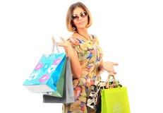 Jeunes beaux femmes avec ses sacs à provisions image libre de droits