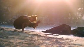 Jeunes beaux supports de femme sur des mains près d'océan et de pierres clips vidéos