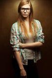Jeunes beaux verres à la mode de port roux Photo stock