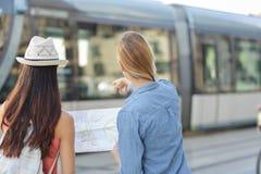 Jeunes beaux voyageurs de femme explorant la ville Photographie stock libre de droits