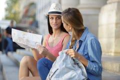 Jeunes beaux voyageurs de femme explorant la ville photo stock