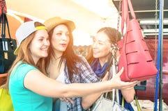 Jeunes belles amies de femmes au marché aux puces Images stock