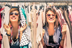 Jeunes belles amies de femmes au marché hebdomadaire de tissu