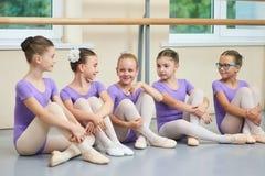 Jeunes belles ballerines parlant dans le studio de ballet Images stock