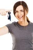 Jeunes belles clés de véhicule de fixation de femme Photos libres de droits