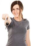 Jeunes belles clés de véhicule de fixation de femme Image libre de droits