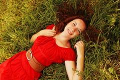 Jeunes belles configurations de fille sur une herbe images libres de droits