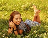 Jeunes belles configurations de fille sur une herbe photographie stock libre de droits