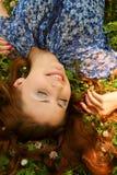 Jeunes belles configurations de fille sur une herbe image libre de droits