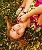 Jeunes belles configurations de fille sur une herbe image stock