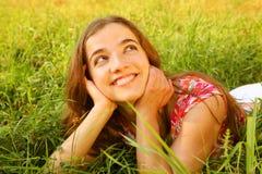 Jeunes belles configurations de fille sur une herbe photos stock
