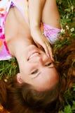 Jeunes belles configurations de fille sur une herbe photographie stock