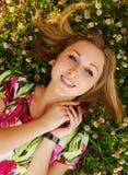 Jeunes belles configurations de fille sur une herbe photo libre de droits