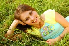 Jeunes belles configurations de fille sur une herbe images stock