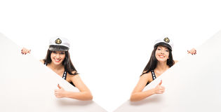 Jeunes, belles et sexy filles de marin tenant des bannières Photographie stock